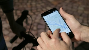 Un homme utilise une application de type GPS sur son téléphone intelligent.
