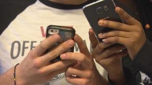 Deux adolescents regardent leur téléphone intelligent