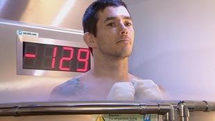 L'athlète Tim Blanchard fait régulièrement des traitements de cryothérapie pour soigner sa blessure au genou.