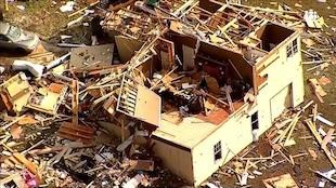 Une maison détruite par une tornade.