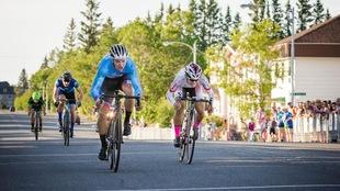 Le cycliste manitobain Kurt Penno, d'équipe Canada, a coiffé Shuichiro Shioijma de l'équipe nationale japonaise sur le fil d'arrivée du Challenge Sprint du Tour de l'Abitibi.