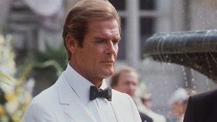 Roger Moore lors du tournage de « Dangereusement vôtre » en 1984.