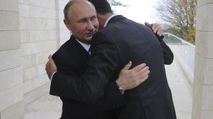 Vladimir Poutine donne une accolade à Bachar Al-Assad.