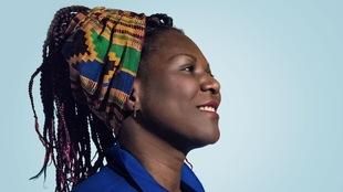 Une femme noire posée de profil