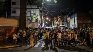 Des dizaines de personnes sont dans la rue.