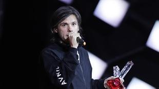 Le rappeur français Aurélien Cotentin, alias Orelsan, tient un trophée lors de la cérémonie des 33e Victoires de la musique, près de Paris.