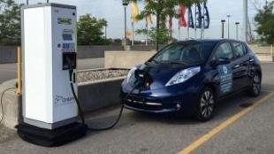 Une voiture qui recharge à une borne électrique