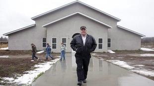 Winston Blackmore à l'extérieur d'un centre communautaire dans la communauté isolée de Bountiful dans le sud-est de la Colombie-Britannique le 23 novembre 2011.