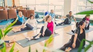 Du yoga pratiqué dans un endroit public