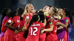 La Canadienne Ariel Young (centre) célèbre, avec ses coéquipières, la victoire des siennes en quarts de finale face à l'Allemagne