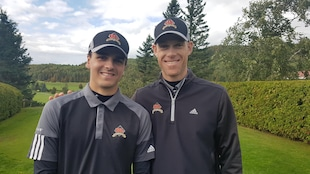 Antoine Roy et Mathieu Paradis côte-à-côte pour la photo au club de golf Bic