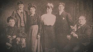 Une photo de famille d'époque en noir et blanc