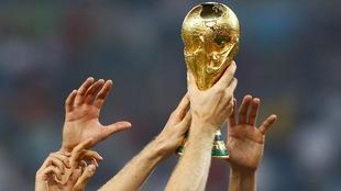 Les joueurs allemands soulèvent le trophée de la Coupe du monde le 13 juillet 2014, à Rio.