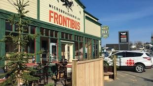 La terrasse de la micro-brasserie Au Frontibus