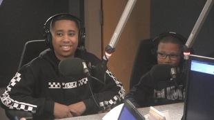 Deux jeunes enfants devant un micro