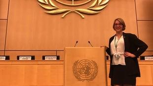 Amy Spearman, jeune défenseure des droits de la personne debut en touchant le podium dans la salle de conférence des Nations Unies.