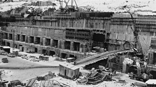 Le barrage de Manic-5 en construction dans les années 60.
