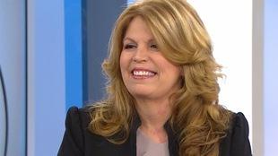 Elle sourit lors d'une entrevue télévisée.