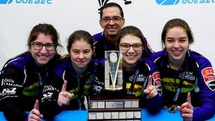 Les gagnantes du championnat provincial de curling féminin Scotties. Équipe Gagné : Joël Gagné, Chloé Arnaud, Marie-Pier Harvey, Mélina Perron, Émilia Gagné