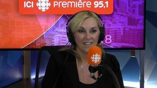 Chantal Machabée derrière un micro dans un studio radio de Radio-Canada.
