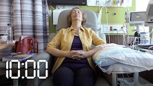 Colette Savard en train de recevoir son traitement de chimiothérapie.