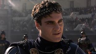 L'acteur est habillé comme un soldat de l'Empire romain.