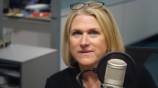 Céline Larivière en studio à Radio-Canada Sudbury