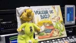 Le livre « As-tu vu le voleur de bas ? » du Dr. Yannick Charette, avec illustrations de Monique Legault avec une poupée d'un lutin, un des personnages principaux.