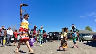 Les gens de toutes nations sont conviés à découvrir le Centre d'amitié autochtone de Sept-Îles. Sur la photo, on peut observer de Jeunes danseurs innus.