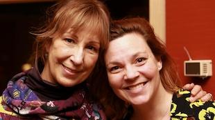 Danielle Proulx et Catherine Proulx-Lemay souriant dans un studio de radio.