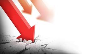 Une flèche rouge se brise sur le sol, représentant ainsi la décroissance économique.