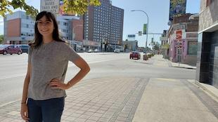 Debout près de la route, Demi Gagnon, bientôt étudiante en biologie (Ph.D.) à Purdue University en Indiana, dès janvier 2020