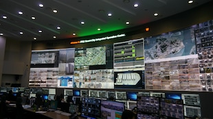 Un centre de contrôle avec plusieurs écrans.