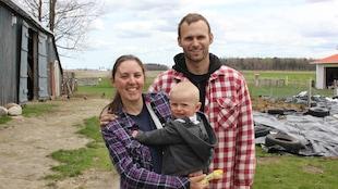 Rachel Fahlman, Grégory Lemoyne et leur petit garçon sur leur terre