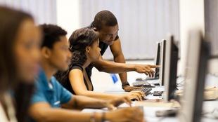 Des étudiants dans une salle d'informatique