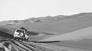 Un jeep traverse le désert du Sahara.