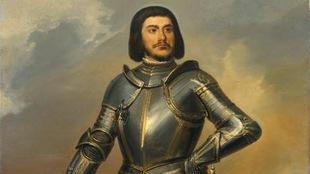 Un chevalier dans son armure tient son casque d'une main. il a une fine moustache et les cheveux aux épaules.