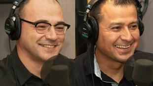 Les deux hommes parlent à la radio et rient de bon coeur.