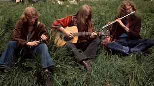 Trois hippies anglais jouent de la musique, vers 1971