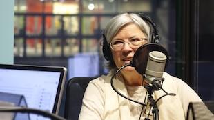 denise traux en studio à Radio-Canada Sudbury