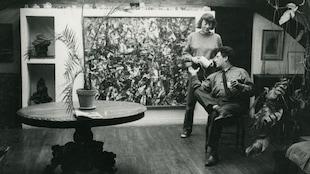 Joan Mitchell et Jean-Paul Riopelle dans le séjour de l'atelier-appartement de la rue Frémicourt, Paris, 1963.