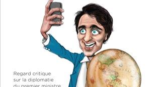 Un dessin de Justin Trudeau qui tient un globe terrestre et se prend en photo avec son propre téléphone intelligent.