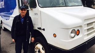 Photo du laitier Martin Bouffard à côté de son camion