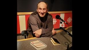 L'écrivain Laurent Sagalovitsch dans un studio de radio-canada