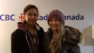 Photo de 2 jeunes femmes habillés avec manteaux d'hiver