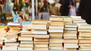 Une table de livres dans un marché aux puces de Paris.