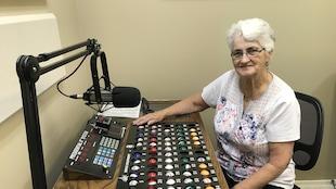 Madeleine Paquette dans le studio du Bingo à la radio communautaire CKGN, Kapuskasing