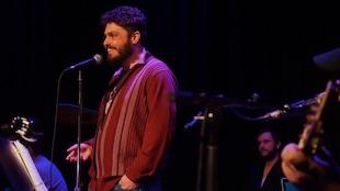 Le poète et chanteur d'un soir Daniel Aubin sur scène