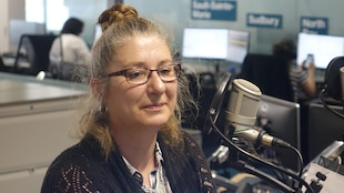 Julie Boissonneault en studio à Radio-Canada Sudbury