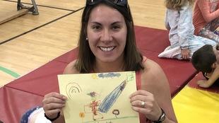 L'enseignante à l'école Saint Nom de Jésus à Hornepayne, Samantha Trudel, a participé aux célébrations entourant les festivités du 25e anniversaire de l'école, dont l'ouverture d'une capsule temporelle laissée au moment de l'ouverture. Samantha Trudel, maintenant enseignante, était alors une élève. Elle montre fièrement un dessin qu'elle avait laissé dans une capsule temporelle lorsqu'elle était petite.